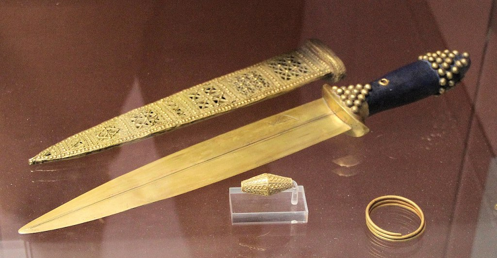 Gold objects from tomb PG 580. British Museum.
