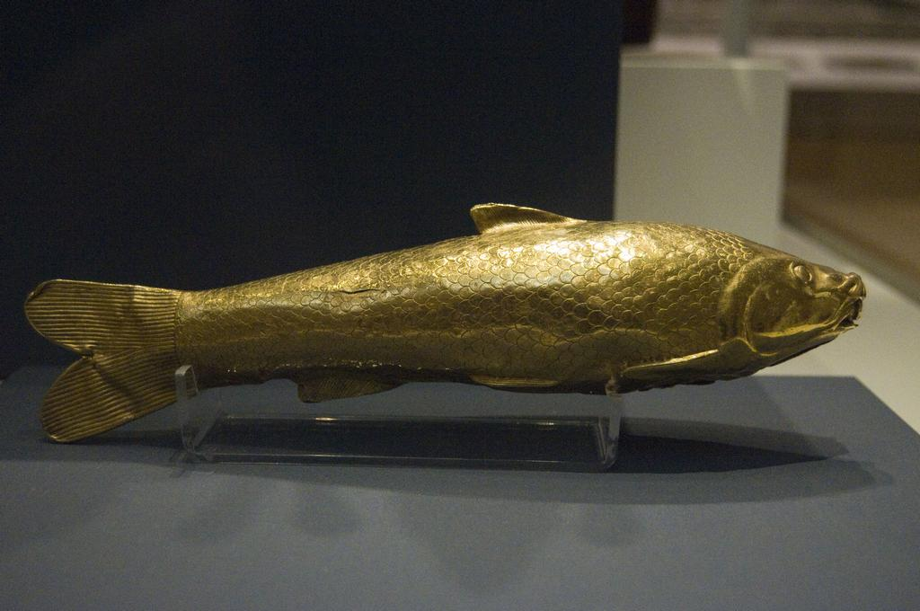 Gold fish-shaped vessel.