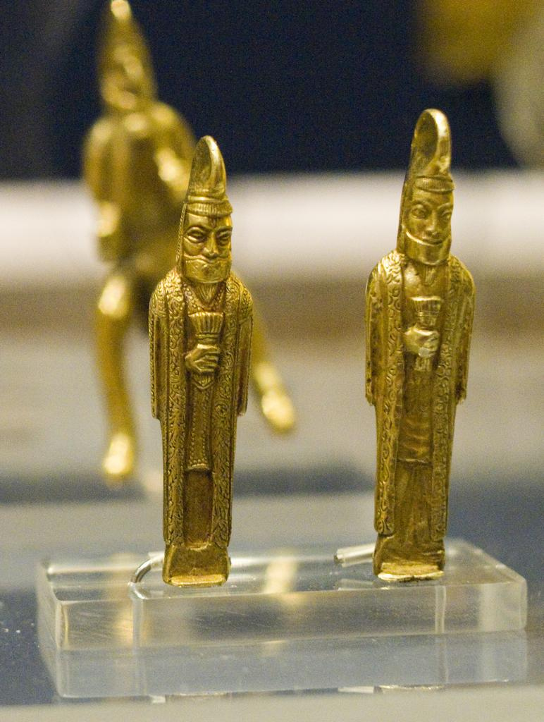 Gold statuettes carring barsoms.