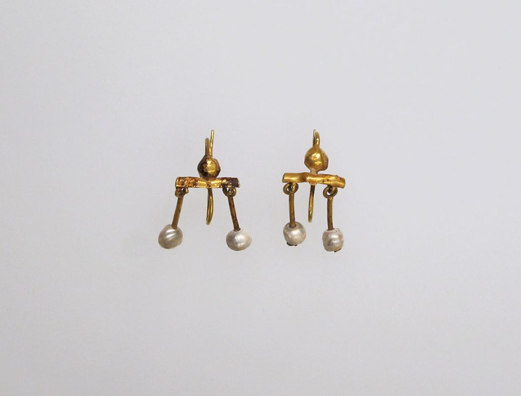 Gold and pearl earrings, 1st c. AD.